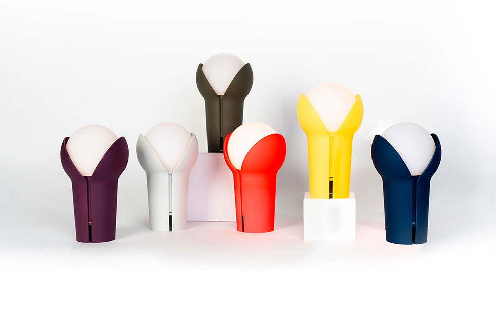 hands holding the portable bud lamp colour range display